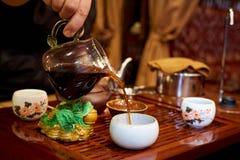 Grön tea med koppen och teapoten Arkivfoto