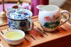 Grön tea med koppen och teapoten Fotografering för Bildbyråer