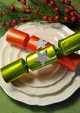 Grön temajul som äter middag tabellinställningen med fina porslinplattor, och jul Bon Bon Crackers Royaltyfri Bild
