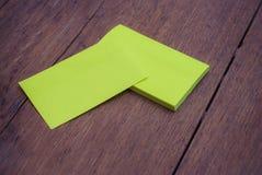 Grön tom mall för modell för affärskort på trä Arkivfoto