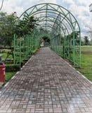 Grön trädgårds- port Arkivfoto