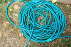 Grön trädgårds- slang i en rulle Fotografering för Bildbyråer