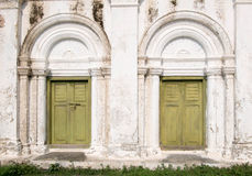 Grön träforntida dörr Arkivfoton