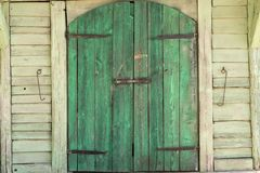 Grön träport av en ladugårdbyggnad fotografering för bildbyråer
