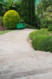 Grön trästol i trädgården Royaltyfri Bild