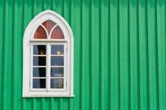 Grön trävägg med det gamla fönstret Arkivfoton