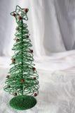 Grön trådjulgran med vit bakgrund Fotografering för Bildbyråer