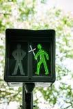 Grön trafikljus med klosterbroderkorset Royaltyfri Bild