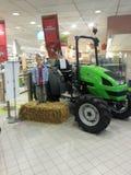 grön traktor arkivfoton