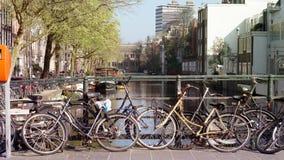 Grön tranportation av Amsterdam, Netherland Cyklar som över parkerar Arkivfoto