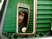 Grön trappuppgång i en rektangulär bilaga arkivbild