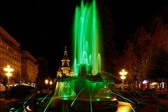 Grön upplyst springbrunn på Plazaoperan i Timisoara Arkivfoton