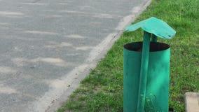 Grön urna för järn på gatan lager videofilmer