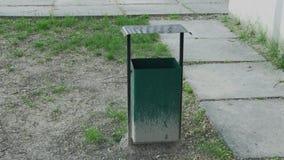 Grön urna för järn på gatan stock video