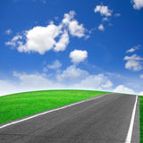 grön väg för fält Arkivfoton
