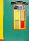 Grön vägg och fönster i indisk kultur Arkivfoto