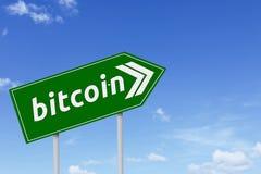 Grön vägvisare med bitcoinord Arkivfoto