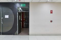 Grön varningsbrandutgång på dörren för flykt från byggnad Royaltyfria Foton