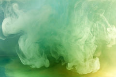 Grön vattenfärg i vatten. arkivbilder