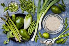 Grön veggiesgrupp Vegetariska matställeingredienser med quinoaen Grön grönsakvariation Över huvudet plant lägga arkivbild