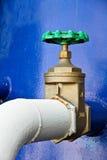 Grön ventil- och blåttbehållare. Arkivbilder