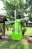 Grön vindturbin i trädgården Arkivfoto