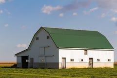 Grön & vit ladugård arkivfoton