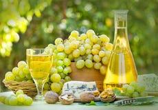 Grön-Vita druvor och vit wine Arkivfoton