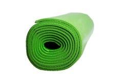 Grön yoga som är matt på en vit bakgrund Arkivbilder