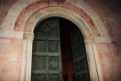 Grön ytterdörr av en kyrka Arkivfoto
