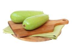 Grön zucchini på brädet royaltyfria bilder