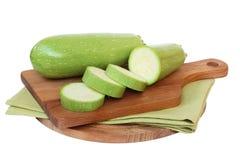 Grön zucchini på brädet fotografering för bildbyråer