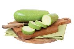 Grön zucchini på brädet arkivbilder