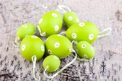 Gröna ägg på trä Arkivfoto