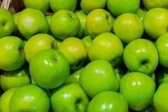 Gröna äpplen i korgen Fotografering för Bildbyråer