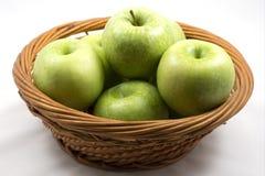 Gröna äpplen i korgen Royaltyfria Bilder