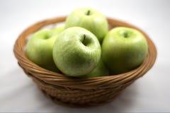 Gröna äpplen i korgen Royaltyfri Foto