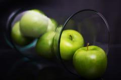 Gröna äpplen i vasen aka Fruitbowl Arkivfoto