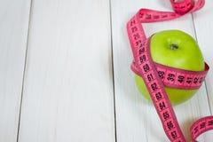 Gröna äpplen mätte metern, sportar och bantar Arkivbilder