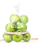Gröna äpplen med bandmeasurment mig Arkivbilder