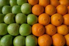 Gröna äpplen och orange apelsiner, matbakgrund av ny frukt för den nya fruktsaften Arkivbilder
