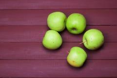 Gröna äpplen på den gamla wood tabellen sund mat Fotografering för Bildbyråer
