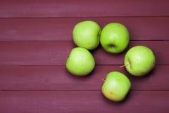 Gröna äpplen på den gamla wood tabellen sund mat Arkivbild
