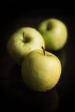 Gröna äpplen på en svart bakgrund Royaltyfri Foto