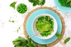 Gröna ärtor och uppfriskande grön pesto för mintkaramell Fotografering för Bildbyråer
