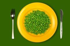gröna ärtor plate yellow Fotografering för Bildbyråer