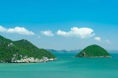 Gröna öar och fartyg på havet, Thailand Arkivfoto