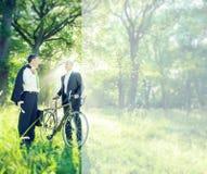 Gröna affärsaffärsmän som talar miljöbegrepp royaltyfri fotografi