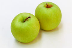 Gröna Apple i vit bakgrund Arkivfoto