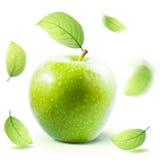 Gröna Apple och leafe som isoleras med den snabba banan Arkivfoto